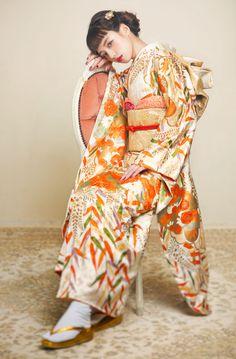 Discover recipes, home ideas, style inspiration and other ideas to try. Yukata Kimono, Kimono Dress, Traditional Japanese Kimono, Traditional Dresses, Modern Kimono, Japanese Costume, Wedding Kimono, Oriental Fashion, Japanese Outfits