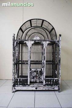 . Gran jaula antigua para aves de madera y alambre con sus dos puertas. Tiene un elegante dise�o forma de arco.  Medidas: 72cm de ancho x 51cm de fondo x 115cm de alto.  Necesita ser pintada, por lo dem�s se encuentra en buen estado de conservaci�n. Env