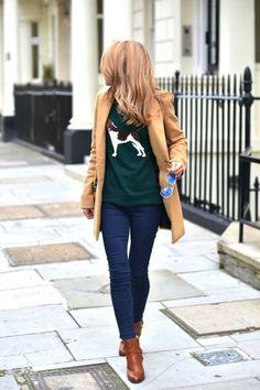 Den Look kaufen: https://lookastic.de/damenmode/wie-kombinieren/mantel-pullover-mit-rundhalsausschnitt-enge-jeans-stiefeletten-sonnenbrille/4366 — Braune Leder Stiefeletten — Dunkelblaue Enge Jeans — Blaue Sonnenbrille — Beige Mantel — Dunkelgrüner bedruckter Pullover mit Rundhalsausschnitt