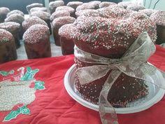 Chocotone recheado de mousse, peso 650g, todo coberto de chocolate e decorado com confeitos. Acompanha celofane e fita e tag de Natal. R$ 24,00