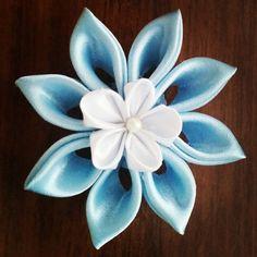 Kanzashi di Ely ( e non solo ): Fiore doppio bianco e azzurro