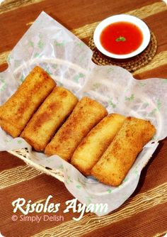 Risoles Ayam is a very popular Indonesian snack or appetizer, some people enjoy it for brunch. The concept is similar to spring rolls but t. Indonesian Desserts, Indonesian Cuisine, Indonesian Recipes, Asian Snacks, Asian Desserts, Health Desserts, Appetizer Recipes, Snack Recipes, Cooking Recipes