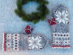 Julvanten: Del 3 - Järbo Garn AB Fingerless Mittens, Knit Mittens, Mitten Gloves, Knitting Socks, Knitted Hats, Pioneer Gifts, Mittens Pattern, Knitwear Fashion, Rose Buds