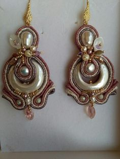 Orecchini in soutache con perla scaramazza centrale bucata ed embroidery di perle Swarovskji e cristalli nei colori del rosa antico e panna