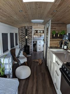 Couple turned an old school bus into a cozy home on wheels - Living in a shoebox Everyone's familiar with the Magic School Bus, but what about the Magic House Bus? That's precisely what couple Robbie and Priscilla created when they purch Bus Living, Tiny House Living, Cozy House, School Bus Tiny House, Old School Bus, Bus Remodel, Airstream Remodel, Trailer Remodel, Kombi Home