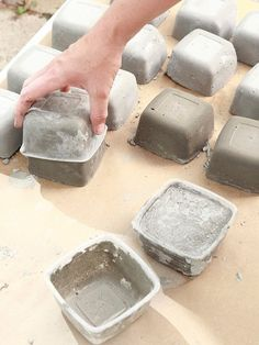 Great idea for diy concrete pavers! Diy Garden Projects, Garden Crafts, Diy Garden Decor, Garden Art, Garden Design, Cement Art, Concrete Crafts, Concrete Projects, Stairs Tiles Design