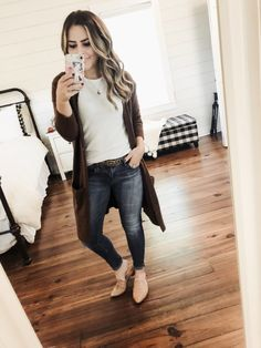 White t-shirt+skinny jeans+camel sling-back pointed flats+dark brown knit long cardigan+leopard-print thin belt+gold pendant necklace. Brown Cardigan Outfit, Cardigan Outfits, Long Cardigan, Jean Outfits, Fall Outfits 2018, Casual Fall Outfits, Spring Outfits, Casual Wear, Fall Fashion Trends