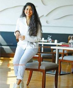 Hd Wallpaper Desktop, Hd Wallpapers For Mobile, Mobile Wallpaper, Model Photos, Hd Photos, Sai Pallavi Hd Images, Love Background Images, Best Photo Poses, South Indian Actress Hot
