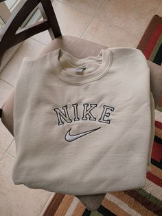 Cute Sweater Outfits, Cute Lazy Outfits, Trendy Outfits, Vintage Nike Sweatshirt, Sweatshirt Outfit, Crew Neck Sweatshirt, Trendy Hoodies, Embroidered Sweatshirts, Nike Sweatshirts