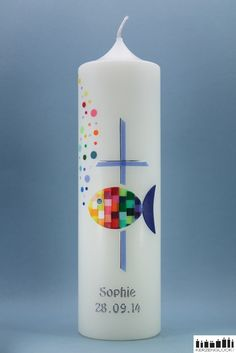 """*Taufkerze """"Mosaikfisch Regenbogen mit Kreuz""""*  Farbenfroher Mosaikfisch mit unzähligen kleinen Schuppen in Regenbogen-Farben. An der Seite befindet sich ein  Kreuz in der Farbe lavendel, das mit..."""