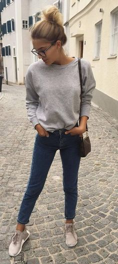 Casual cool: 10 looks para te inspirar. Moletom icnza, calça jeans skinny, tênis esportivo cinza