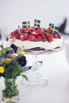 Swedish midsummer cake with praline Swedish Traditions, Scandinavian Food, Swedish Recipes, Pretty Cakes, Something Sweet, Love Food, Sweet Treats, Food And Drink, Yummy Food