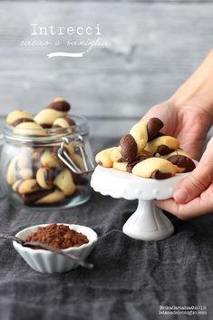 Intrecci al cacao e vaniglia   La tana del coniglio Fruit Recipes, Sweet Recipes, Cookie Recipes, Biscotti Cookies, Cupcake Cookies, Cupcakes, Biscuits, Good Morning Breakfast, Sweet Pastries