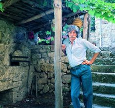 Antraigues-sur-Volane (Ardèche)         De nos envoyés spéciaux  «Vous êtes bien chez Colette et Jean.» Cinq années ont passé mais... Jean Ferrat, Colette, Jeans, Celebrities, Films, Portraits, Houses, France, Animals