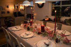 I denne søte førjulstid, kan vi godt tenke på og forberede pyntingen til jul. Her er det borddekking med dyprøde lys og epler som gjelder. Jeg synes det er så hyggelig å dekke bord, så jeg er klar som ei kule når det nærmer seg en høytid. #jul #borddekking #christmasdecoration Table Setting Inspiration, Scandinavian Style, Table Settings, Xmas, Noel, Christmas, Place Settings, Navidad, Natal