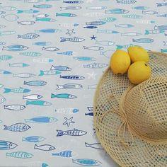 Nappe coton enduit Poissons Bleue @fleurdesoleil - Ambiance bord de mer avec cette jolie nappe en coton enduit Poissons bleue par Fleur de Soleil. Une nappe colorée et fraiche à l'esprit marin. Un banc de poissons envahit nos tables avec cette nappe imprimée de poissons bleus. Aussi jolie dedans que dehors, elle séduit par ses décors originaux plein de fraîcheur. #decorationmarine #borddemer #artdelatable