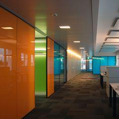 SAM Zürich, Glastrennwandsystem SWISSDIVIDE mit farbigem Verbundsicherheitsglas