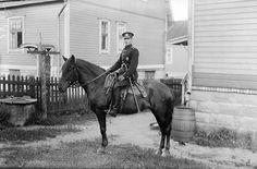 Ratsupoliisi istuu hevosensa selässä, satulaan on kiinnitetty pamppu. Turun poliisilaitos oli saanut ensimmäisen autonsa 1910, vuonna 1935 autoja oli poliisin käytössä viisi ja lisäksi yksi moottoripyörä. Ne eivät kuitenkaan tehneet ratsupoliiseja tarpeettomiksi. 1930-luvulla poliisia työllistivät varsinkin tappelut sekä varkaudet ja näpistykset pula-ajasta johtuen. Kuvaaja: H. Attila, 1931.  VA9810:7875