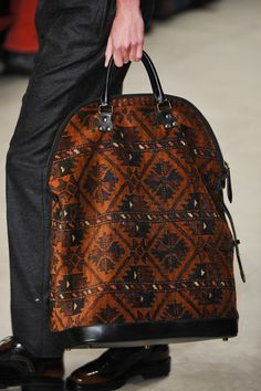 Burberry Prorsum at London Fall 2014 (Details) : patterned tote Burberry Handbags, Prada Handbags, Burberry Bags, Fall Handbags, My Bags, Purses And Bags, Carpet Bag, Luxury Purses, Bowling Bags