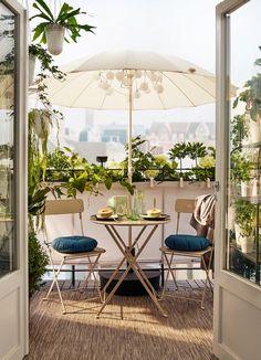 Balcony with folding SALTHOLMEN garden chairs in beige, a .- Balkon mit klappbaren SALTHOLMEN Gartenstühlen in Beige, eine kleine … Balcony with folding SALTHOLMEN garden chairs in beige, a small … - Small Balcony Garden, Outdoor Balcony, Small Patio, Outdoor Spaces, Outdoor Living, Outdoor Decor, Balcony Ideas, Ikea Outdoor, Small Balconies