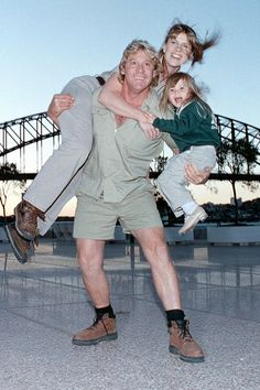 How Bindi Irwin Thinks Her Late Dad, Steve, Would Have Reacted to His Hollywood Star It's been almost 12 years since Steve Irwin tragically passed away. Terri Irwin, Steve Irwin, He's Beautiful, Beautiful Family, Irwin Family, Crocodile Hunter, Bindi Irwin, Celebrity Kids, Dancing With The Stars