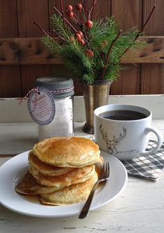 Breakfast in Bed Gift Basket: perfect, easy and thoughtful Christmas present, includes a recipe and homemade mix for pancakes, and free printable instruction card for gift giving. Great for a hostess or teacher gift. Breakfast Basket, Sweet Breakfast, Breakfast In Bed, Best Breakfast Smoothies, Breakfast Recipes, Breakfast Ideas, Thoughtful Christmas Presents, Starbucks Holiday Blend, Homemade Jelly