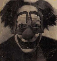 This clown is staring into your soul. 21 Vintage Clown Photos That Will Make Your Skin Crawl Vintage Bizarre, Creepy Vintage, Vintage Clown, Vintage Halloween, Gruseliger Clown, Circus Clown, Haunted Circus, Photo Halloween, Creepy Halloween