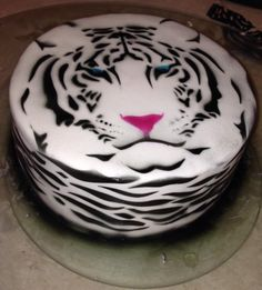 my friend dijana dee made this awesome white tiger cake. shes very talented.