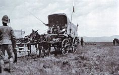 British ambulance collecting wounded soldiers after the Battle of Colenso on December 1899 during the Boer War War Novels, World Conflicts, Military Service, British Colonial, Old London, British Army, African History, Ambulance, Military History
