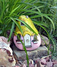 Pink Painted Gnome Home Rock, steinemalen,Painting Pebbles , Pattern Idea for Painting on Stones and Rocks, Animal Stones, Animal Shapes , animals, rocks, stones, realistic , Stein Bemalen, Stone Crafts, rock crafts, DIY, kawaii, cute ,house