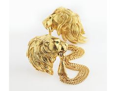 Attache de cape Cartier en or jaune et émeraudes. Estimation: 15 000 - 20 000 euros http://www.vogue.fr/joaillerie/a-voir/diaporama/vente-aux-encheres-de-bijoux-francais-de-christie-s-paris-novembre-2014-suzanne-belperron/21277#!attache-de-cape-cartier-en-or-jaune-et-emeraudes-estimation-15-000-20-000-euros