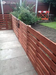 My first attempt at using pallets and I must say did find it quite easy to make this Easy Pallet Fence Patio Surround. I used for the posts. I painted garden, outdoor, recycling wood pallets DIY Pallet Projects, Other Pallet Projects, Pallet Fences Wood Pallet Fence, Pallet Decking, Diy Fence, Backyard Fences, Wooden Pallets, Fence Ideas, 1001 Pallets, Backyard Ideas, Garden Pallet