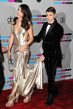 Justin Bieber helps Selena Gomez on the red carpet. That's so sweet! I miss them together