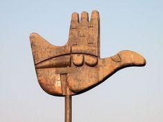 """Escultura Open Hand (mano abierta) representando el lema de la ciudad de Chandigargh creada por Le Corbusier: """"abierto a dar, abierto a recibir"""".  Dimensiones: 12,5 m de ancho y 8,86 m. de alto."""