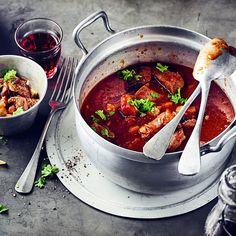 Zartes Rindfleisch eingekocht in fruchtigen Rotwein und kräftig gewürztes Tomatenmark - entdecken Sie mit EDEKA die Vielfalt würziger Gulasch-Rezepte! Dutch Oven, Cooking Tips, Chili, Sausage, Curry, Brunch, Food And Drink, Soup, Meat