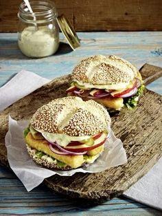 Fischstäbchen-Burger mit Äpfeln, Gewürzgurken und roten Zwiebeln