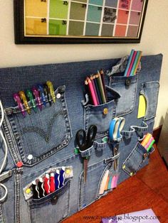 DIY: Recycling Jeans 02 PD Desktop Organizer Board: I edit this post to participate in the of Little Kimono … Source by sofyiaa Jean Crafts, Denim Crafts, Denim Ideas, Hanging Organizer, Old Clothes, Recycled Denim, Diy Hacks, Diy Fashion, Sewing Projects