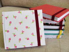 Produtos disponíveis para pronta entrega!  Blocos de anotações com capa dura, forrados em tecidos e papéis estampados. Detalhe de fechamento em elástico. Encadernação brochura. Ótimo pata ter na bolsa.  1 - Branco e prata; 2 - Listrado lilás; 3 - Floral marrom; 4 - poá vermelho e branco; 5 - Floral branco e rosa; 6 - Listrado vermelho e verde. R$ 7,00