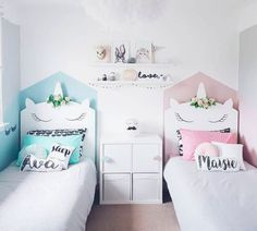 Dos camas con cabecero de unicornio para hermanos