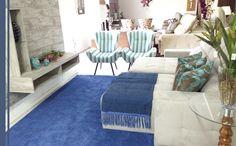 A suavidade e tranquilidade do azul do nosso Charmin Royal deu a essa sala uma leveza ideal para relaxar no final de um dia cansativo. Loja Destak, Av. Mal. Castelo Branco, 425 - Teixeira de Freitas - BA #Charmin #TapetesSaoCarlos
