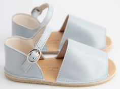 Baby sandals - pieni. Adorable.