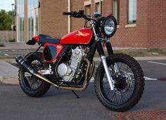 The Street Trackers you see here are based on the Honda NX650 Dominator. Built by Andrew Greenland in South Wales. With a single cylinder, twin port 644cc pumping out 44hp and weighing 168kgs in stock...