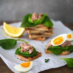 Stulle mit Spinatpesto, Thunfisch (Thunfisch von #followfish aus kontrolliertem, traditionellem Fischfang) und Ei. Irgendwie muss man die vielen Ostereier schliesslich verwerten ;) #stulle #ei #spinat #pesto #stullederwoche #zuckerzimtundliebe #latergram #tuna #sandwich #f52grams #aufsbrot @followfishde #röstbrot