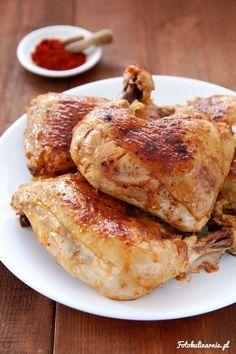 Klasyczny, prosty i szybki przepis na udka z kurczaka pieczone na patelni. Udka są soczyste i lekko pikantne, paprykowe.
