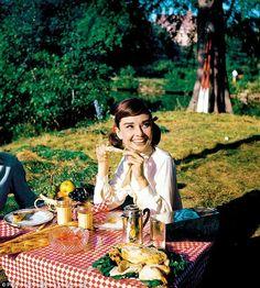 Audrey Hepburn and Gary Cooper having a picnic. Audrey Hepburn Outfit, Audrey Hepburn Mode, Audrey Hepburn Photos, Aubrey Hepburn, Breakfast At Tiffany's, Billy Wilder, Gary Cooper, Retro Mode, Rita Hayworth