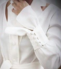 Buttons and buttons. Kurti Sleeves Design, Sleeves Designs For Dresses, Sleeve Designs, White Fashion, Look Fashion, Fashion Details, Abaya Designs, Blouse Designs, Abaya Fashion