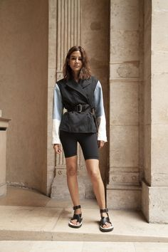 The athleisure trend is still here! Carrie Bradshaw, Chic Outfits, Fashion Outfits, Fashion Edgy, Fashion Trends, Feminine Fashion, Sport Fashion, Fashion Editor, Fashion Black