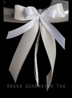 25 Autoschleifen    Aus Taftbändern ( in verschiedenen Breiten ) mehrlagig gebundene Schleife.  Farbe : creme-weiß  Größe der Schleife : ca. 8 cm breit und ca. 18 cm lang  Alles in...