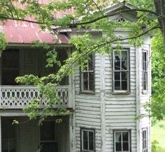 Abandoned  Victorian farmhouse just west of Tomkinsville, Ky