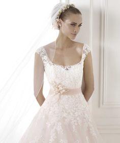 Pronovias apresenta o vestido de noiva Bia. Glamour 2015. | Pronovias